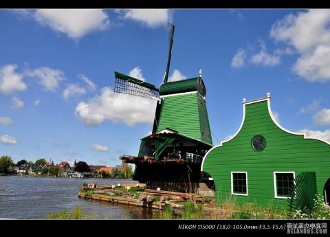 不在明信片上,而自己站在一座荷兰风车脚下,才能体会风车是一项多么